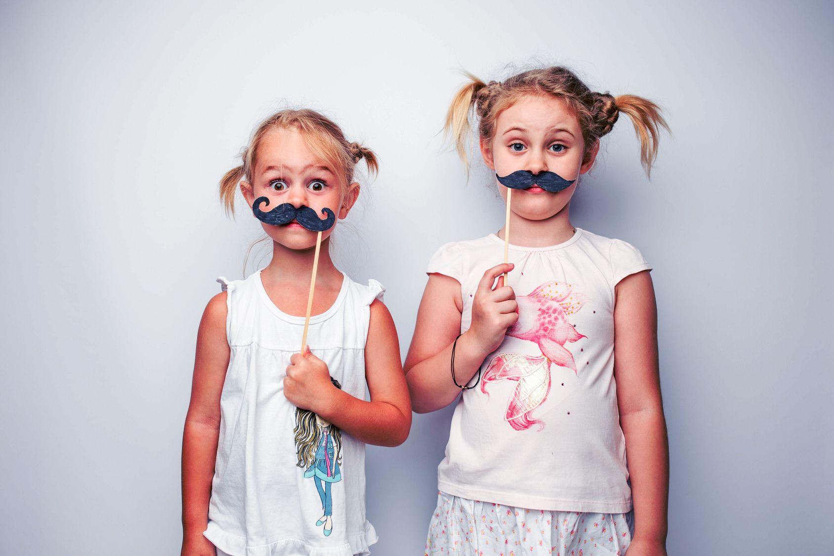 enfants déguisement fond bleu